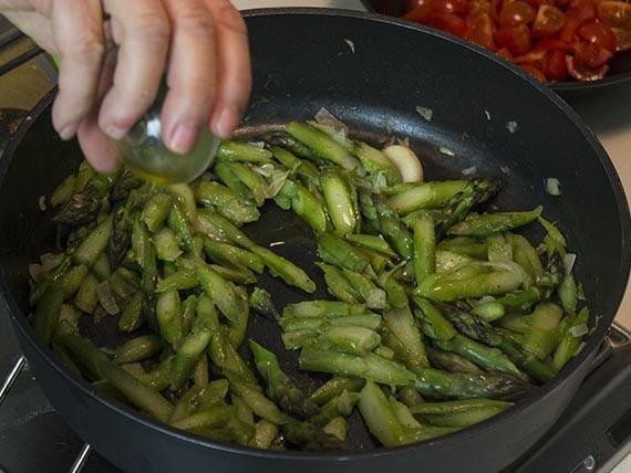 Aggiungi l'olio agli asparagi