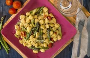 Gnocchi con asparagi e pomodorini