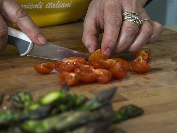 Lava e taglia i pomodori