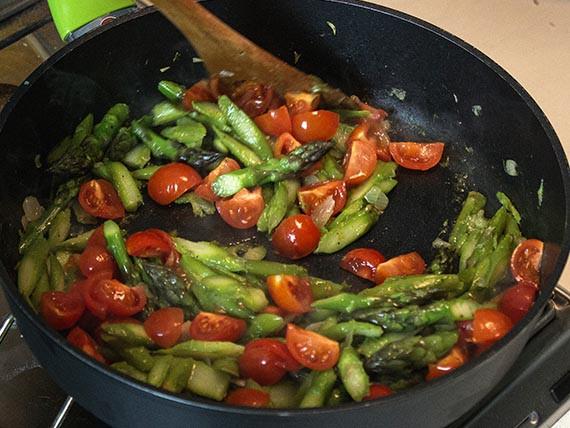 In padella asparagi e pomodorini
