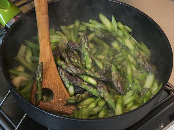 versa in padella le punte degli asparagi