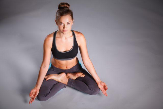 4 posizioni yoga da fare a casa