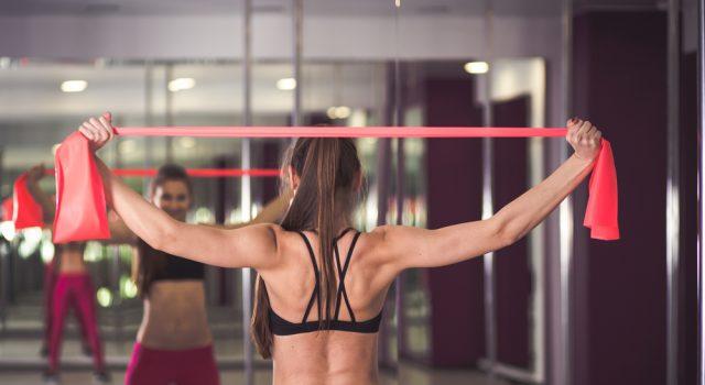 elastici fitness, 3 esercizi per tonificare glutei, braccia e addominali
