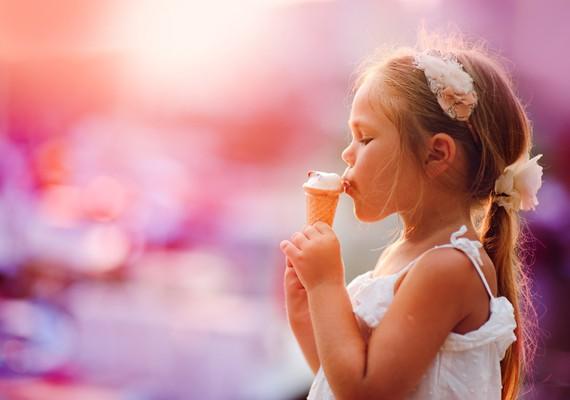 mangi il gelato a piccoli morsi