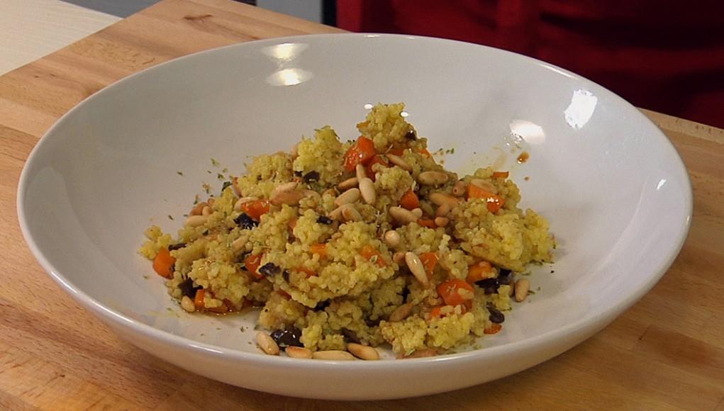 Miglio saltato con pinoli carote e olive. I cereali, un pieno di gusto e leggerezza.