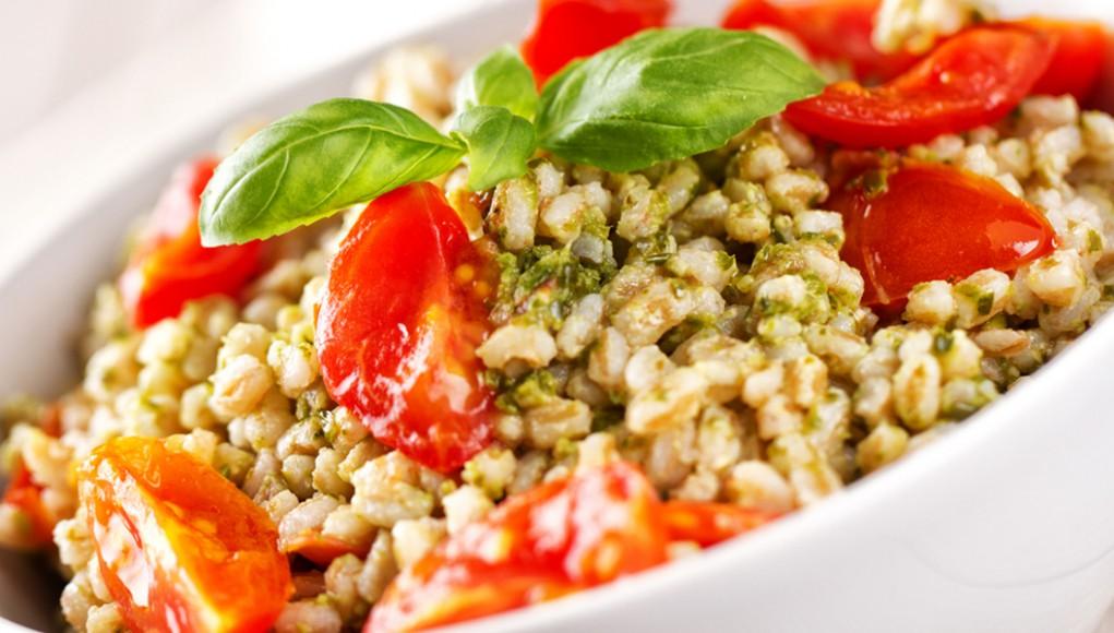 Insalata orzo pomodori e olive. I cereali, un pieno di gusto e leggerezza.