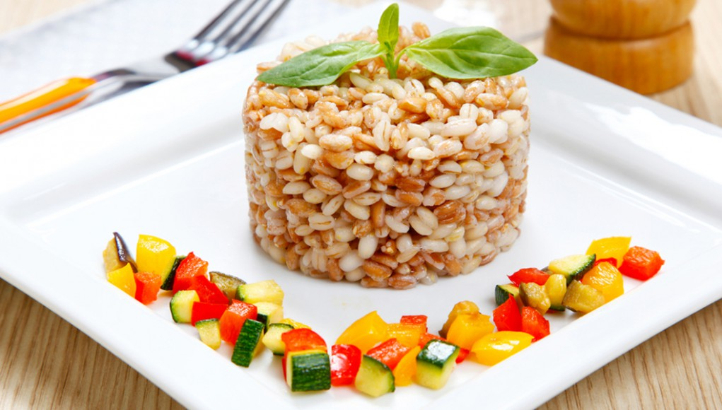 Farro con zucchine e pomodori essiccati. I cereali, un pieno di gusto e leggerezza.