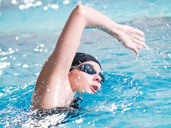 sport brucia grassi nuoto