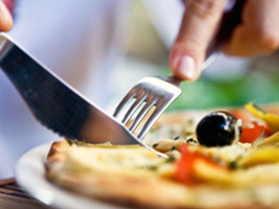 mangiare la pizza con il coltello e la forchetta