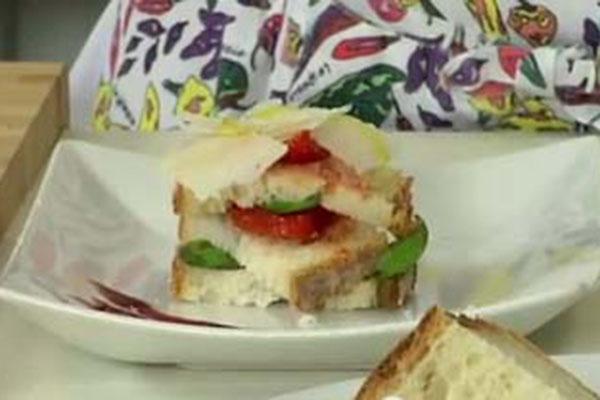 Millefoglie di pane, pomodoro e caprino