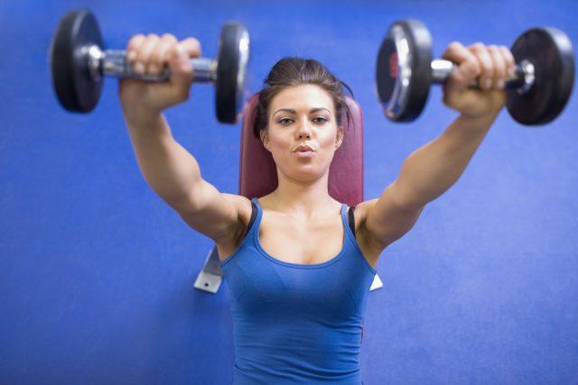 25 minuti workout Rihanna, esercizio per le spalle