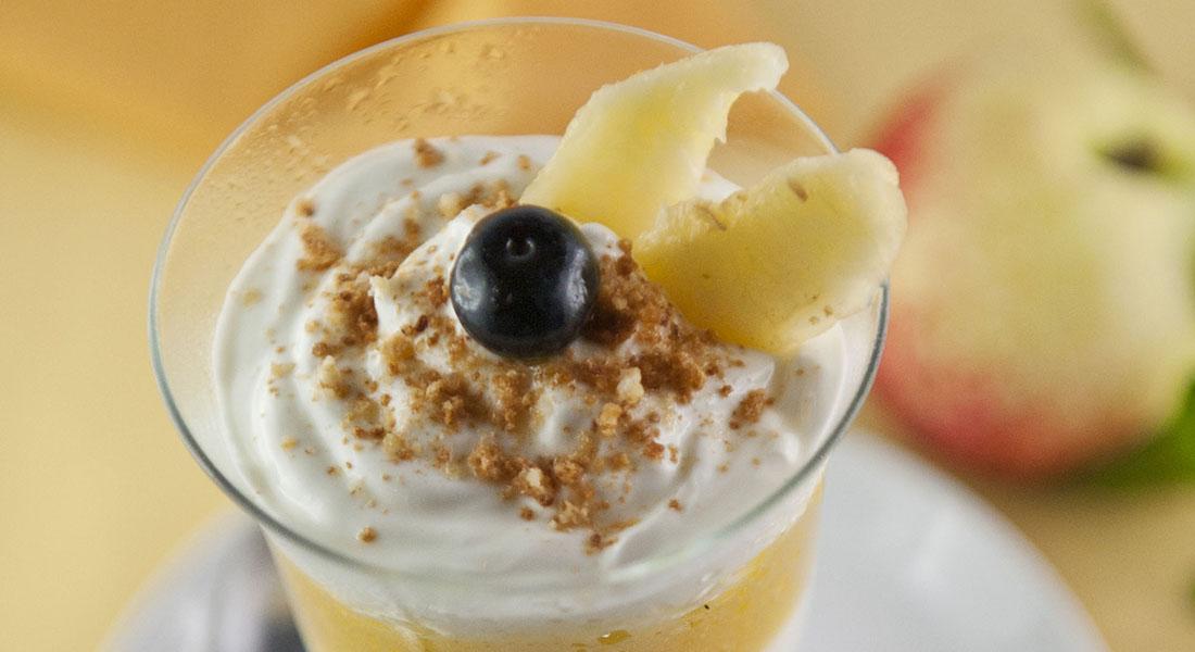 Bicchierini con yogurt, pesche e amaretti