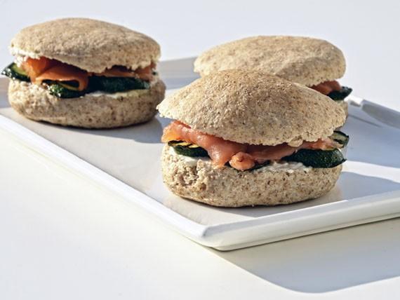 6 panini e insalate per variare la tua dieta! panino integrale con salmone e zucchine