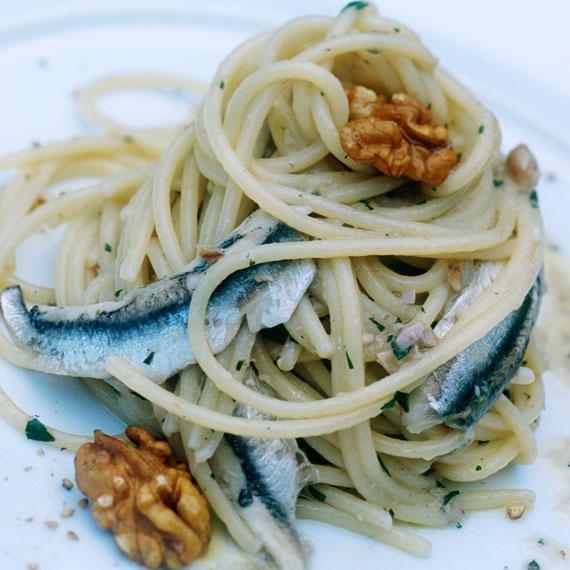 Spaghetti all'aglio, olio, alici e noci