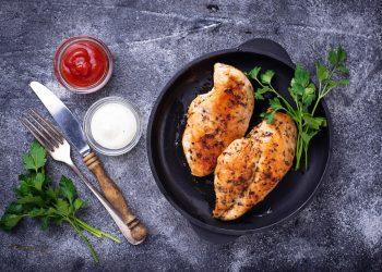 Tagliata di pollo al forno con salsa allo yogurt