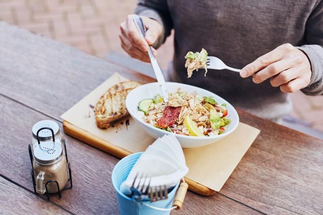 pausa a pranzo panino o insalata a dieta