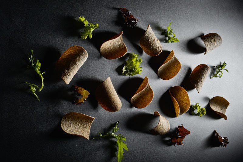 Tegole di farina di lino con foglie di lollo condite con umeboshi
