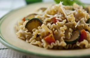 Pasta integrale con zucchine e pomodorini