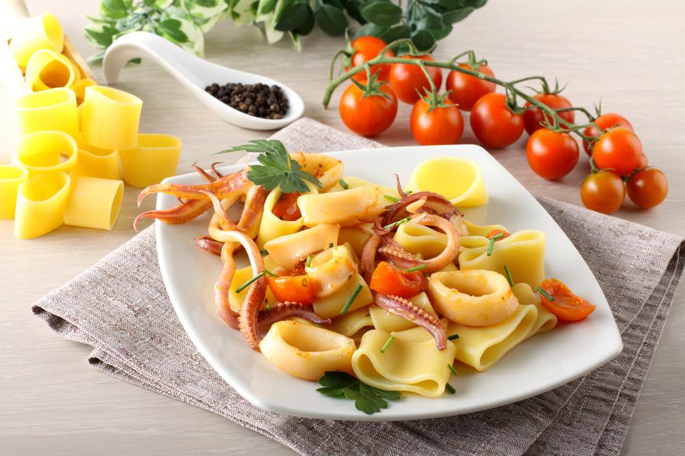 ricetta della pasta ai totani con salsa di asparagi e mandorle