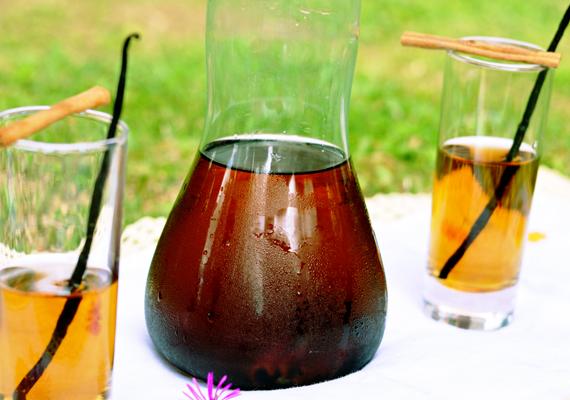Tè freddo: 4 ricette per prepararlo in casa. tè nero cannella e vaniglia