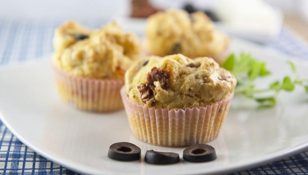 Muffin salati con pomodori e olive