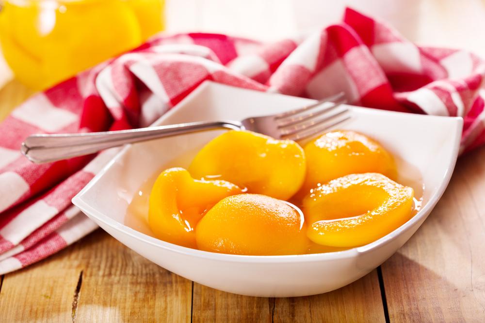 frutta sciroppata, meglio comparala pronta e farla in casa?