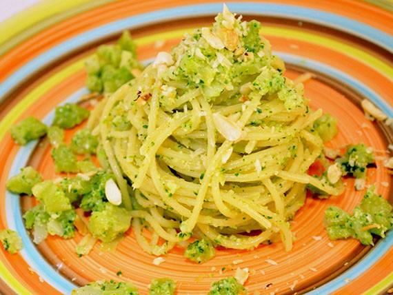 spaghetti-pesto-broccoli-nocciole