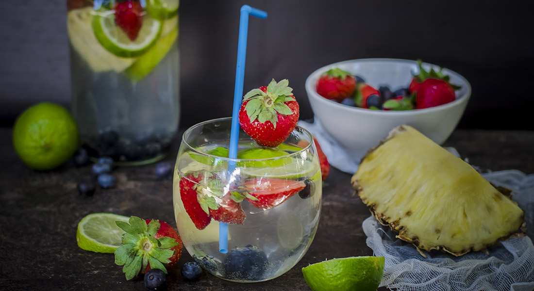 Acqua detox all'ananas con fragole e mirtilli per depurarti