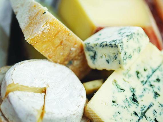 i formaggi sono tra i cibi da evitare per controllare la sudorazione