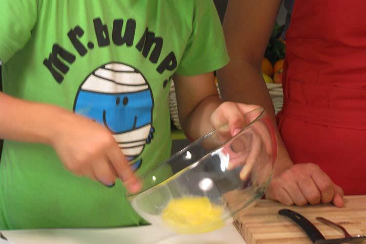 Sbattere uovo. I bastoncini di pesce per i bambini