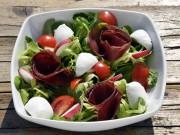La ricetta dell'insalata con bresaola e mozzarella