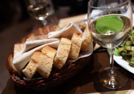 taglia le calorie stando attendo al cestino del pane quando ti arriva a tavola