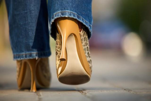 come portare i tacchi alti e camminare con disinvoltura