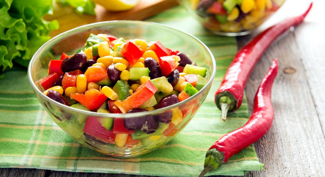 insalata con avocado e pomodori con mais e ceci