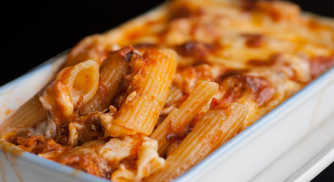 la ricetta per preparare i maccheroni al forno in salsa di olive