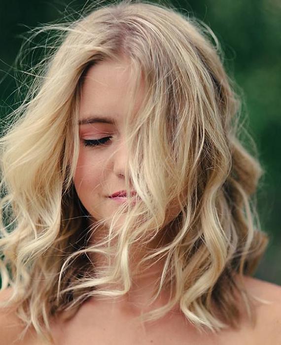 scopri la tendenza del momento con i capelli mossi