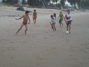 vediamo come i bambini giocano sulle spiagge del natal