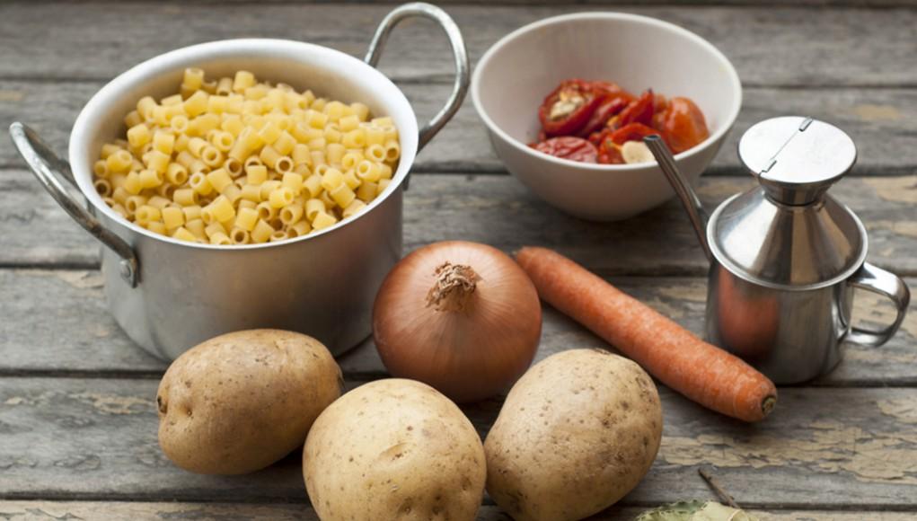 la ricetta per preparare la pasta con le patate con cipolla e parmigiano