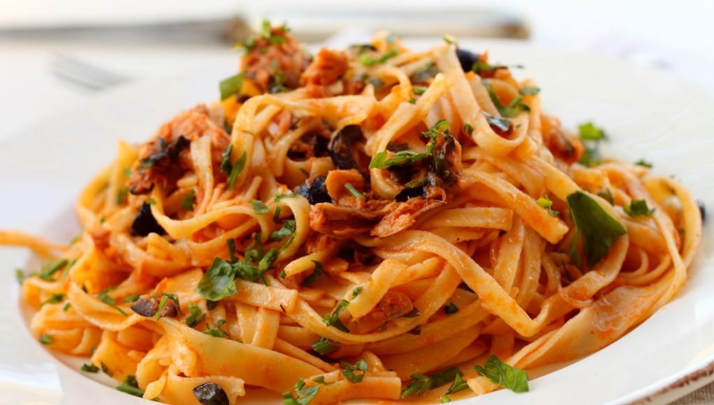la ricetta per preparare la pasta con il sugo di tonno