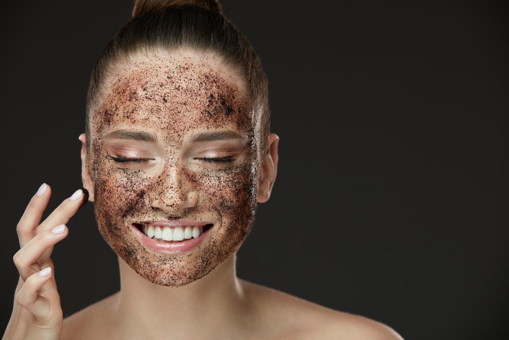 Pelle del collo cadente: scrub per il viso e collo