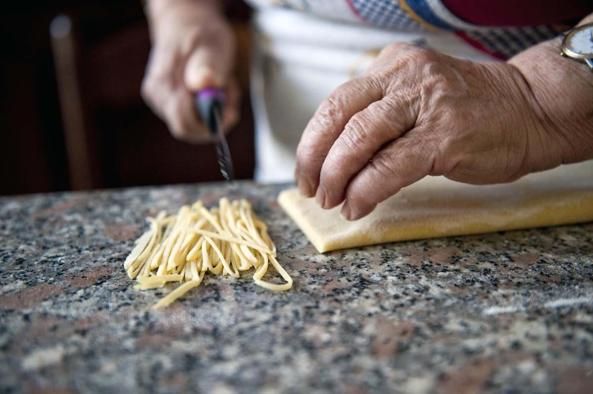 prepara i tagliolini fatti in casa