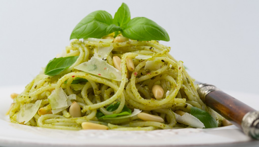 la ricetta per preparare i tagliolini al pesto di basilico