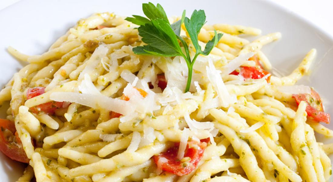ricetta trofie cicoria e pomodori