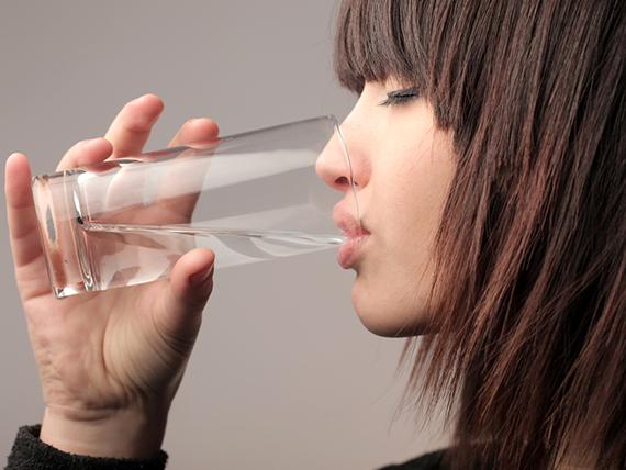 le dritte per ritrovare la forma in pochi minuti bevi acqua