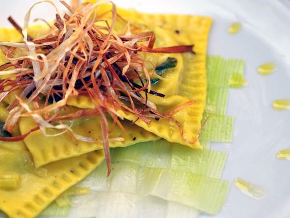 la ricetta per preparare i ravioli di spinaci, porri, prosecco e salvia