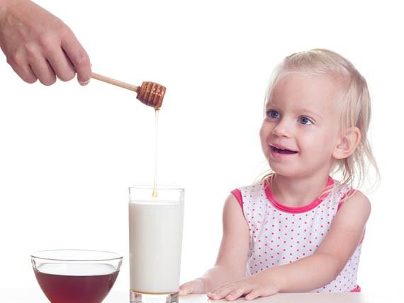 bevi latte con il miele per il mal di gola