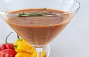 gazpacho con spiedini di melanzane e ricotta
