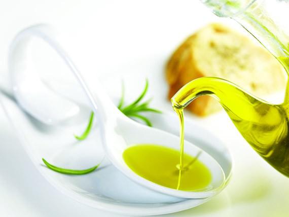 i cibi che aiutano a combattere il colesterolo l'olio d'oliva