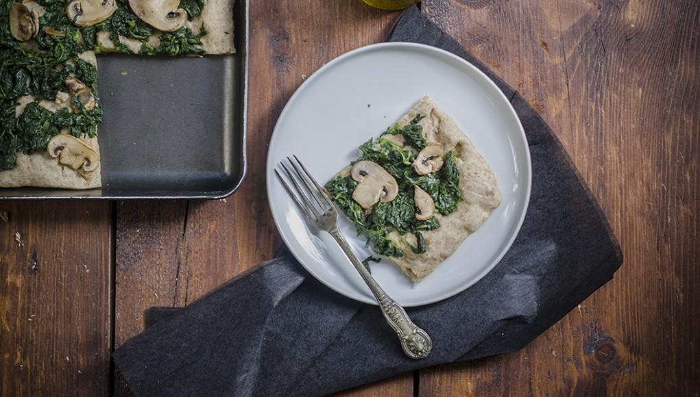 Pizza integrale con spinaci e funghi