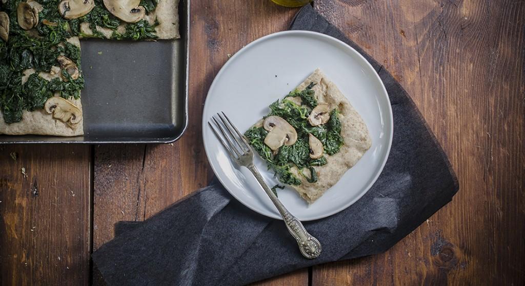 Pizza integrale con funghi e spinaci